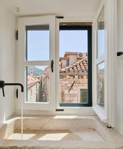 prozor u apartmanu
